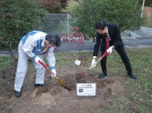 記念植樹をする俵社長(右)と山本所長(左)