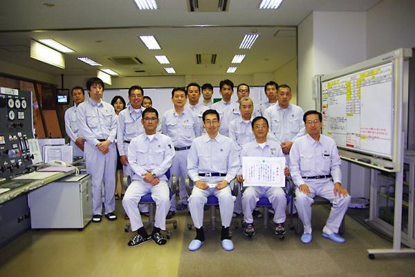 俵社長を迎え、表彰状を囲む糸島事業所の皆さん
